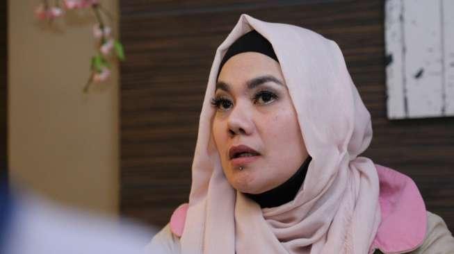 Sarita Duga Mucikari Kenalkan Suami dengan Jennifer Dunn