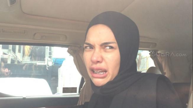 Pamer Foto Ini, Nikita Mirzani Niat Buka Hijab?