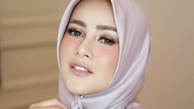 Baru Berhijab, Dewi Sandra Suruh Olla Ramlan Bakar Celana Ketatnya