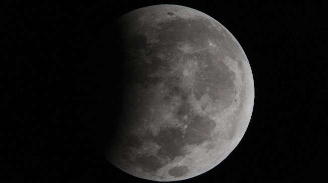 Meteor Tabrak Bulan Ketika Fenomena Supermoon Terjadi