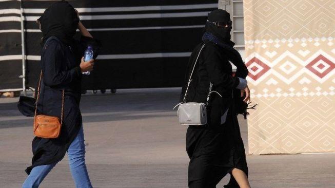 Ulama Saudi: Jangan Paksa Perempuan Arab Saudi Kenakan Abaya
