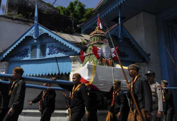 Ratusan Orang Ikuti Tradisi Gunungan Grebeg Syawal