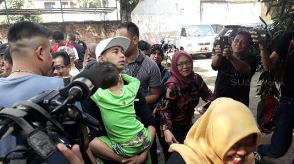 Raffi Ahmad dan Nagita Slavina Boncengan Naik Motor ke TPS