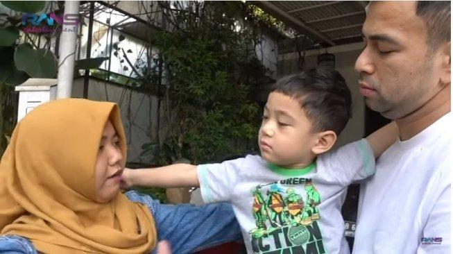 Rafathar Tak Henti Peluk dan Cium Pengasuhnya yang Akan Pulang Kampung