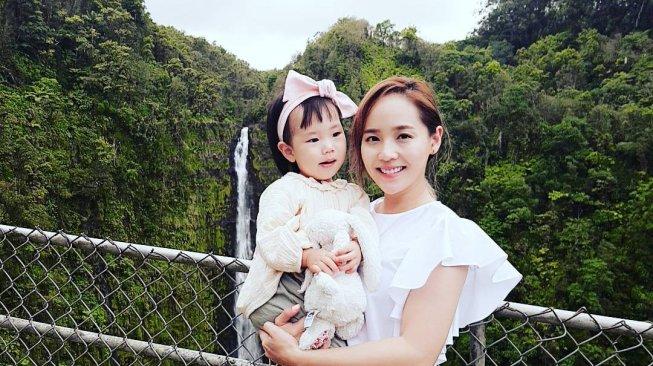 Yuk Intip 5 Gaya Idol K-Pop Momong Anak, Gemas Banget!