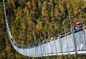 Jembatan Gantung Terpanjang Bagi Pejalan Kaki Dibuka