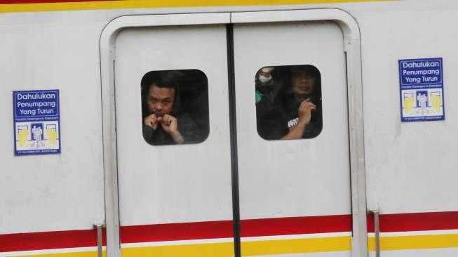 Balada Bra Copot di KRL, Tali Misterius Bikin Penasaran Warganet