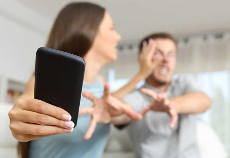 Waspada, 6 Hal ini Buktikan Pasanganmu Belum Move on dari Mantann