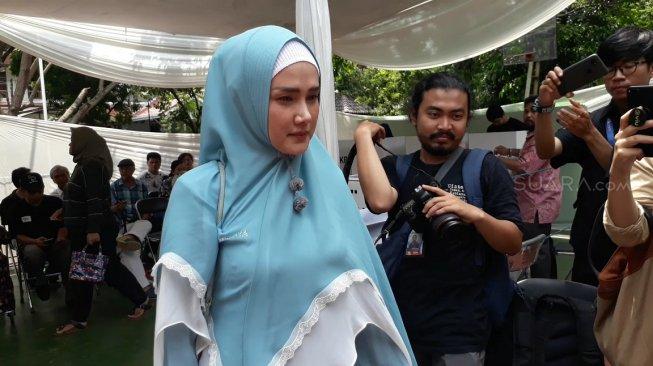 Curhat Berat Badan Naik, Gaya Hijab Mulan Jameela Bikin Salfok