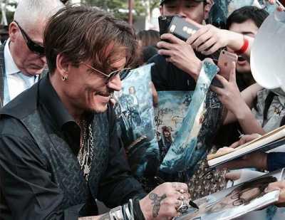 Johnny Depp Berikan Kejutan untuk Fans di Disneyland