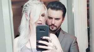 Bertahan Hidup dengan Minum Darah, Pasangan Ini Totalitas Jadi Vampir