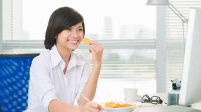 Lima Makanan Ini Sebaiknya Jangan Dimakan di Kantor
