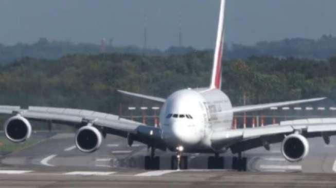 Pesawat Besar Ini Oleng saat Mendarat, Lihat Apa yang Terjadi