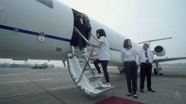 Seru, Potret Syahrini dan Keluarga Naik Jet Pribadi ke Singapura