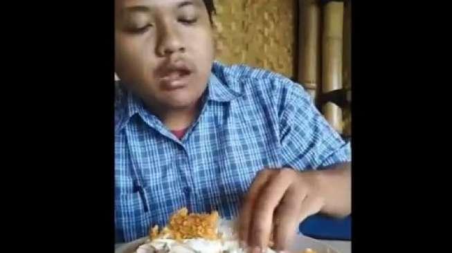 Gokil! Lelaki Ini Makan Ayam Goreng Pakai Sabun Colek