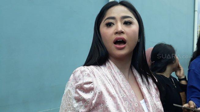 Unggah Video Seksi Masa Lalu, Dewi Perssik Curhat Panjang Lebar