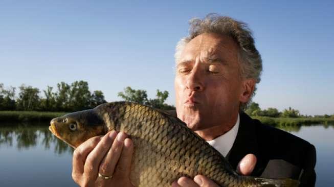 Lelaki Ini Nyaris Tewas Setelah Ikan Melompat ke dalam Mulutnya