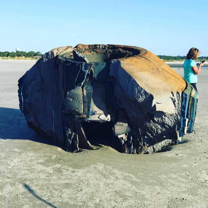 Benda Mirip Pesawat Alien Terdampar di Pantai