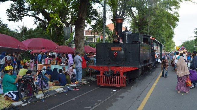 Naik Kereta Api Uap Kuno Sambil Berwisata di Kota Solo, Bisa Banget!