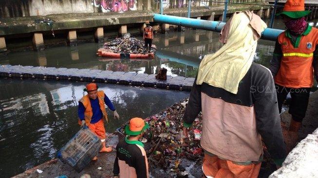 PKL Paling Banyak Buang Sampah ke Kali, Pasukan Orange Kesal
