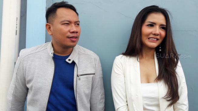 Nembak Anggia Chan, Vicky Prasetyo Lompat ke Kolam Renang