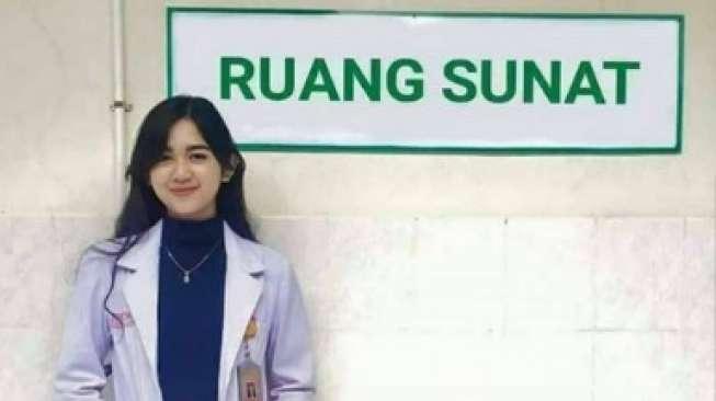 Foto Dokter Cantik Pose di Belakang Ruang Sunat Ternyata Hoax