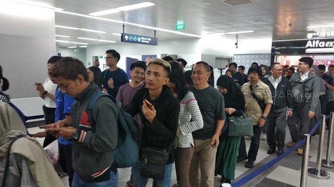 Hari Pertama Operasional Komersial, MRT Jakarta Gangguan!