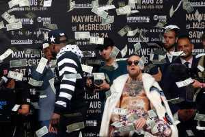 Mayweather Lempar Uang Ke Muka Mc Gregor