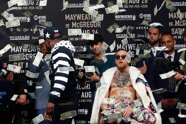 Makin Panas! Mayweather Lempar Uang Ke Muka Mc Gregor