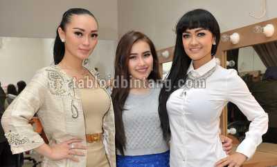 Manggung Berdua, Zaskia Gotik dan Ayu Ting Ting Kangen Julia Perez