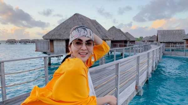 YouTuber Ini Syok Cicipi Peyek Rp 200 Ribu Buatan Ibunda Syahrini