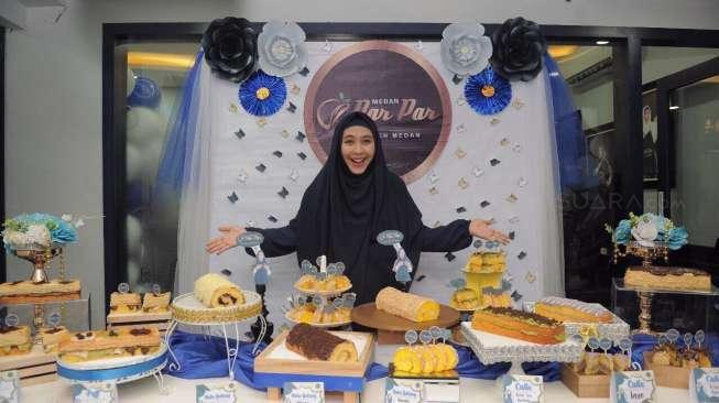 Hore! Oki Setiana Dewi Buka Toko Kue Kekinian di Medan