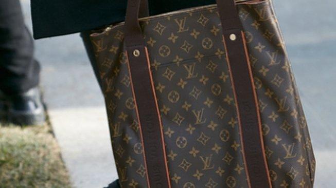 Diremehkan Staf Toko, Pria Ini Robek Tas Louis Vuitton Seharga Puluhan Juta