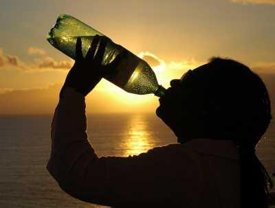 6 Alasan Kenapa Anda Harus Minum Air Saat Bangun Tidur