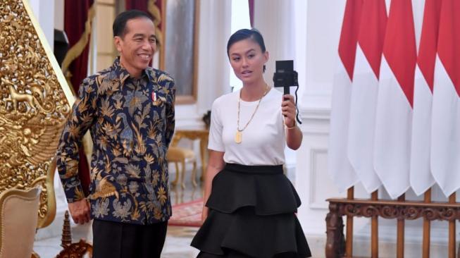 Ini Gaya Keren Agnes Monica saat Bertemu Presiden Jokowi