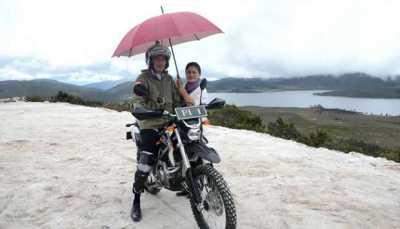 Saat Ibu Negara Iriana Berpose Payungi Jokowi di Motor Trail