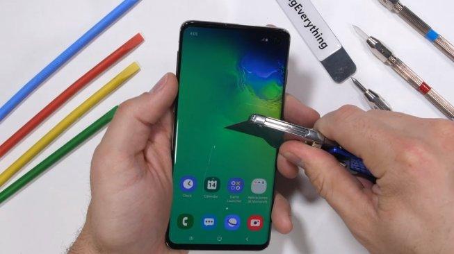 Uji Ketahanan, Sensor Sidik Jari Samsung Galaxy S10 Disiksa Sampai Begini