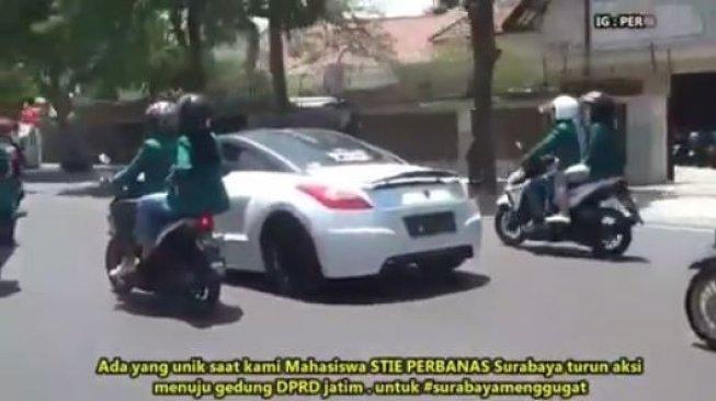 Mahasiswi Konvoi Demo dengan Mobil Sport, Netizen: Titisan Inces Syahrini