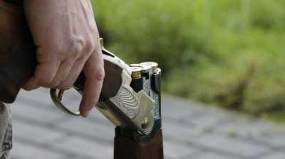 Ngeri, Pria Ini Nekat Potong Kue Ulang Tahun Pakai Pistol