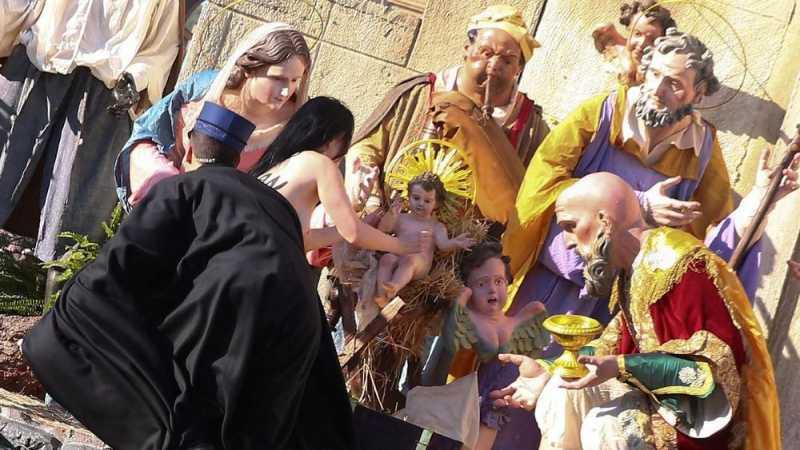 Aktivis Telanjang Dada Rebut Patung Bayi Yesus dari Palungan