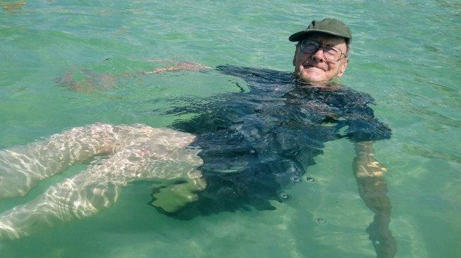 Pertama Kali Lihat Pantai, Ekspresi Bahagia Kakek 93 Tahun Jadi Viral