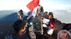 Luar Biasa, Seribu Lebih Pendaki Rayakan HUT RI di Puncak Kerinci