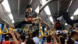 Viral, Aksi Kondektur Bus Panjat Tiang ini Mirip Spider-Man
