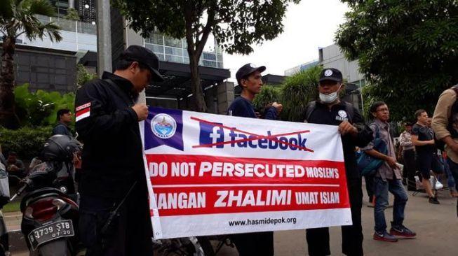 Spanduk Peserta Demo Facebook Ini Ramai di Medsos, Apa yang Aneh?