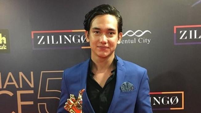Adipati Dolken Singgung Dilan di Instagram?