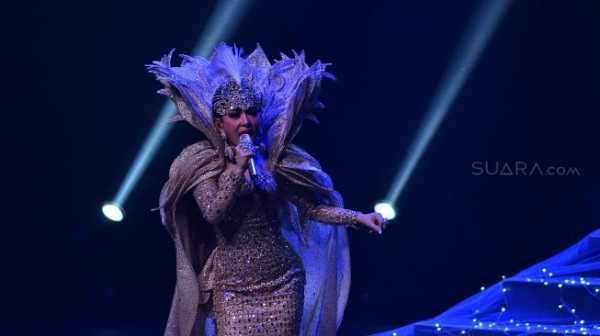 Intip Gaun Syahrini yang Bertabur Bling-Bling di Konser Tunggal