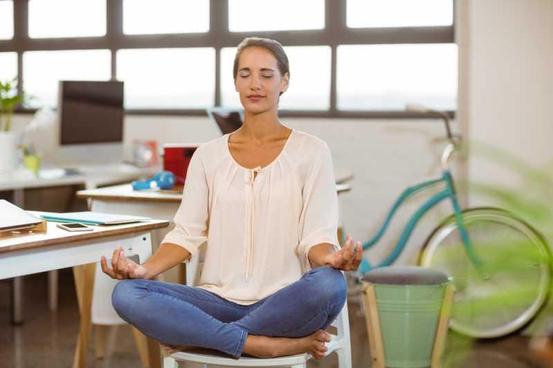 7 Pose Yoga Mudah yang Bisa Dilakukan Sambil Duduk di Kursi