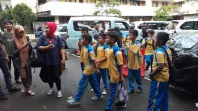 Anak-anak Foto-foto di Dekat Mobil yang Bikin Novanto Benjol