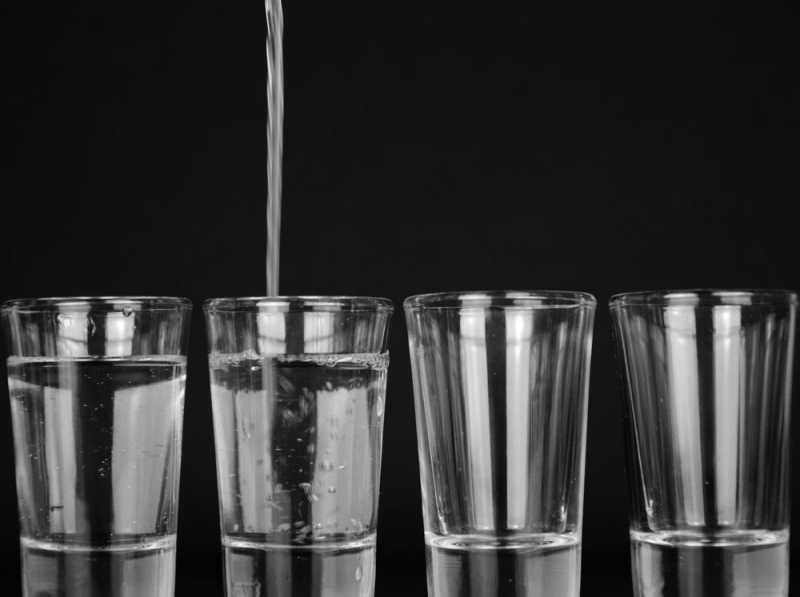 10 Manfaat Minum Air Putih Saat Perut Kosong