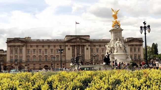 Mau Tinggal di Istana Buckingham? Simak Tawaran Ratu Inggris Berikut